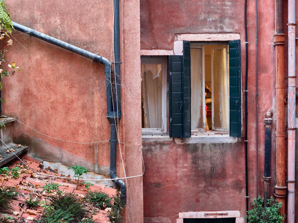 Gail Albert Halaban, Red top, Venice, Italy, October, 2017