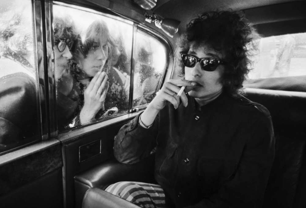 Barry Feinstein, Bob Dylan, Fans looking in Limousine, London, England, 1966