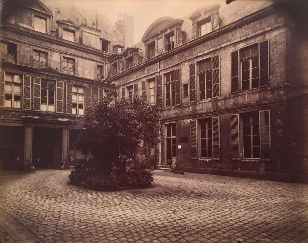 Eugène Atget, Hotel de Marechal de Chaulnes, Place de Vosges 9, 1911