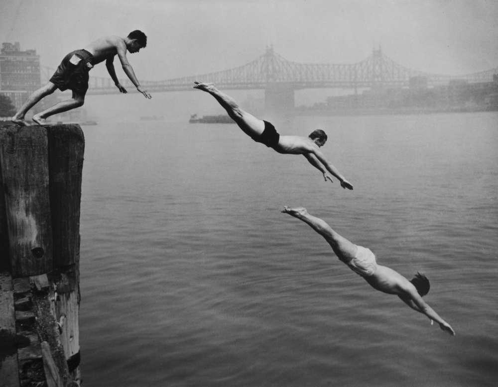 Arthur Leipzig, Divers East River, 1948