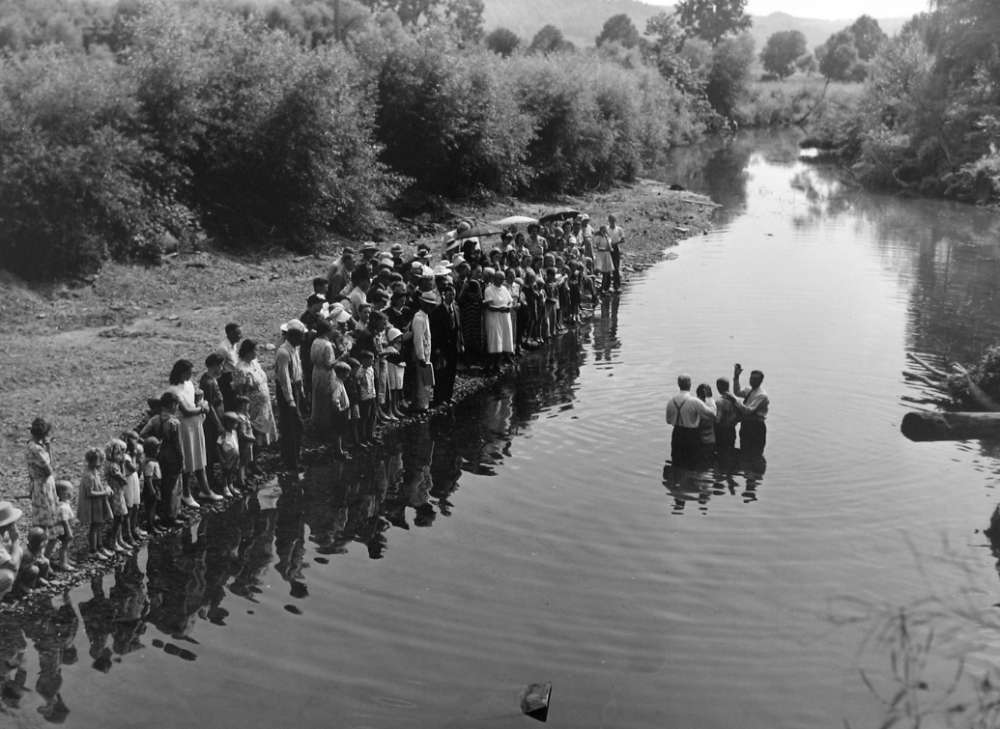 Marion Post Wolcott, Congregation of PrimItive Baptist Church Gathers for Baptizing, Kentucky, 1940