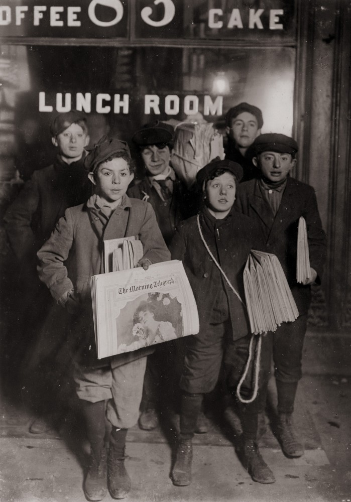 Lewis Hine, Boys Selling Newspapers of Brooklyn Bridge, 1908