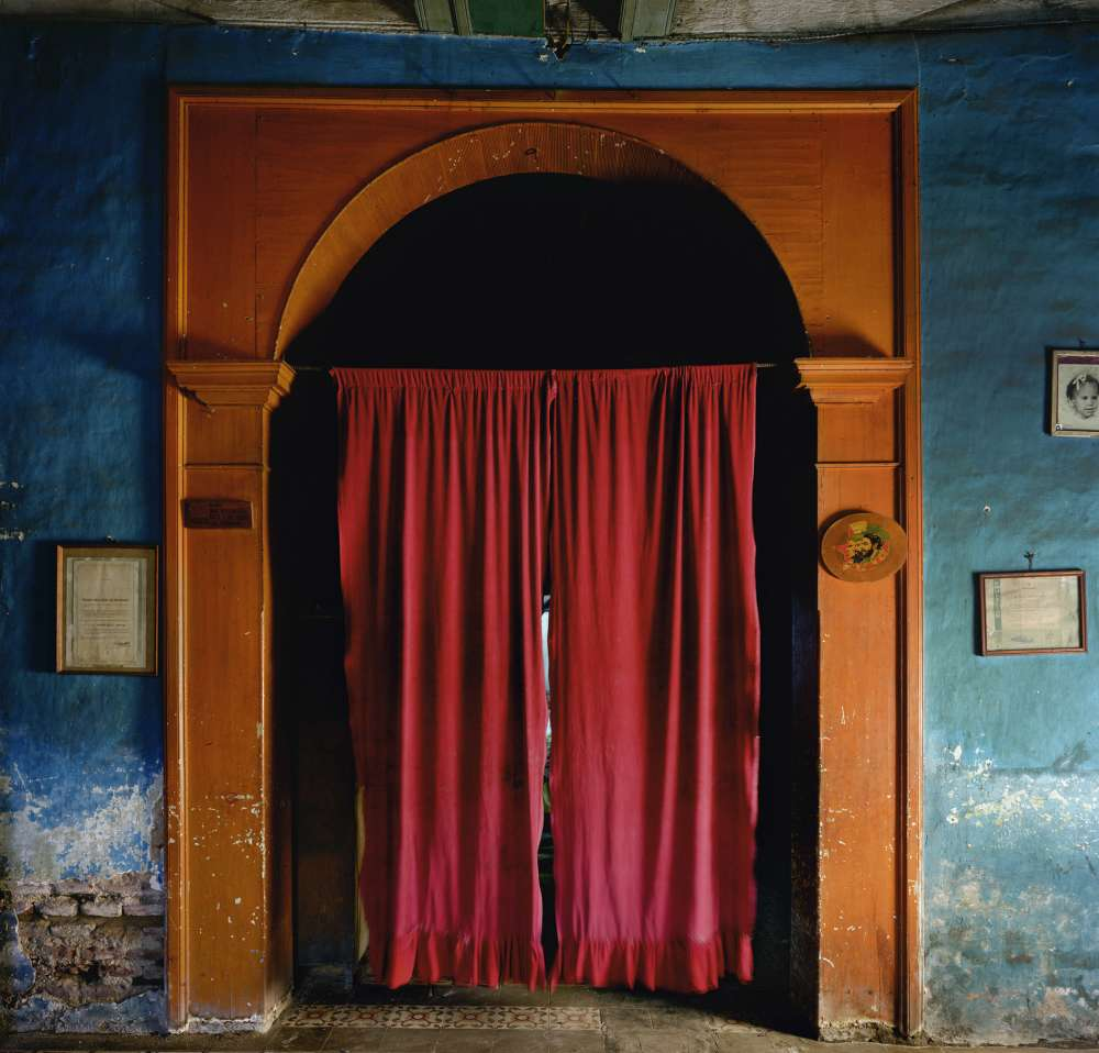 Andrew Moore, Cortina Roja, Sancti Spiritus, 1999 - Artwork 27066