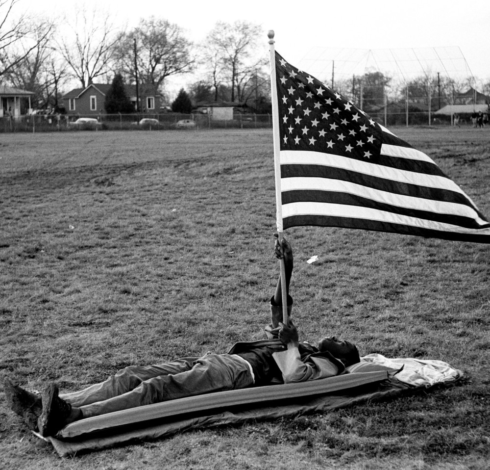 Steve Schapiro - Boy With the Flag on Ground