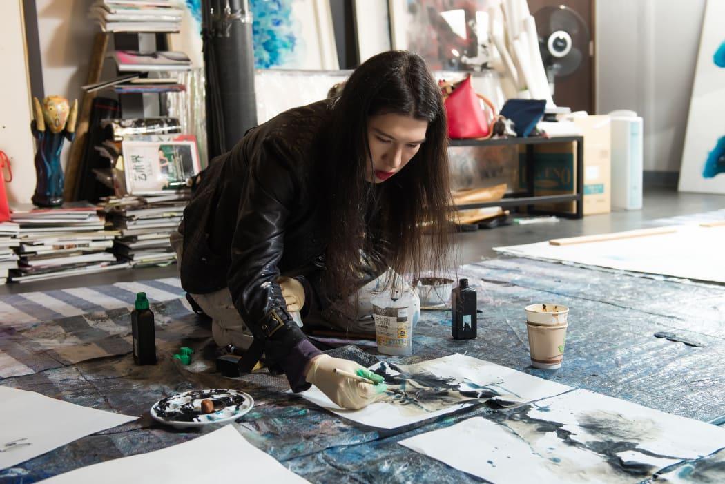 Chloe Ho painting in Wei Ligang's studio