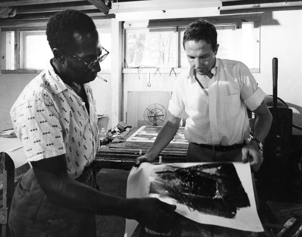 Robert Rauschenberg working with master printer Robert Blackburn at ULAE (Universal Limited Art Editions), West Islip, NY, United States, 1962. Photo: Hans Namuth © Hans Namuth Estate / Courtesy of The Robert Rauschenberg Foundation Archives, New York.