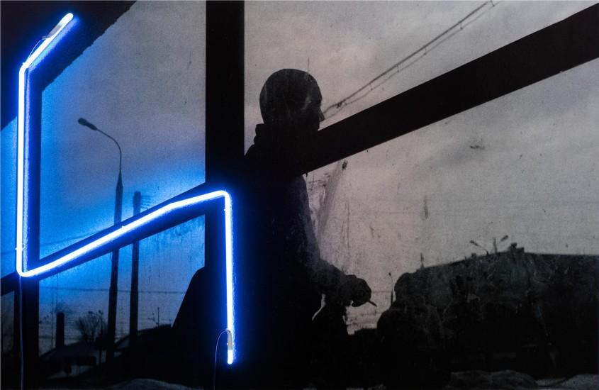 """<div class=""""artist"""">Сергей Братков</div><div class=""""title"""">Без названия, 2018</div>"""