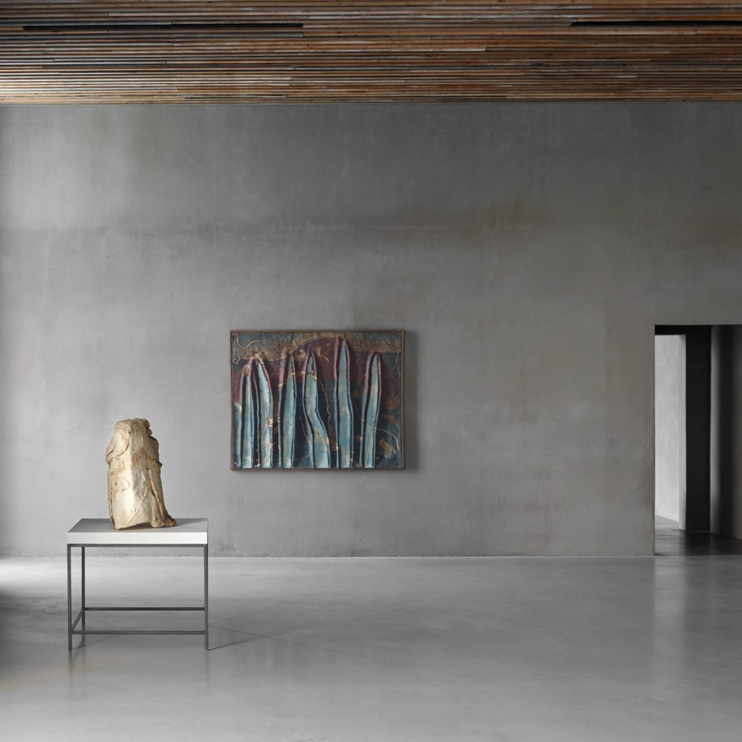 Left: Peter Buggenhout (°Dendermonde, 1963), 'Bergen zijn geen kegels', 1998, Mixed media, 67 x 95 x 46 cm, © Peter Buggenhout, Courtesy of Axel Vervoordt Gallery Center: Tsuyoshi Maekawa (°Osaka Prefecture, 1936), Untitled, 1963, Oil and burlap on canvas, 130 x 162 cm, © Tsuyoshi Maekawa, Courtesy of Axel Vervoordt Gallery