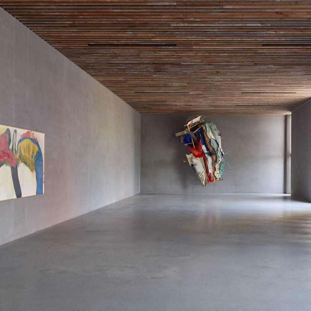 Left: Sadamasa Motonaga (Iga, 1922 - Takarazuka, 2011), 'Work 145', Oil and synthetic resin on canvas, 136 x 274,5 cm, © Sadamasa Montonaga, Courtesy of Axel Vervoordt Gallery Right: Peter Buggenhout (°Dendermonde, 1963), 'On Hold #4', Mixed media, 363 x 273 x 173 cm, © Peter Buggenhout, Courtesy of Axel Vervoordt Gallery