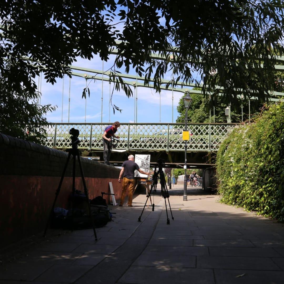 Behind the Scenes of Henjo.tv video featuring Gerard Byrne painting plein air Hammersmith Bridge, Pintar Rapido London 2016