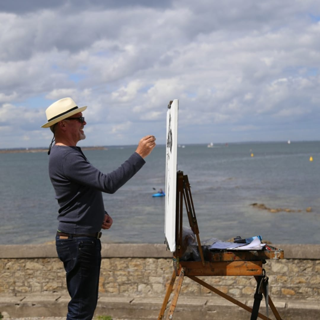 Gerard Byrne painting plein air 'Sandycove Bay', photo Colm Murphy