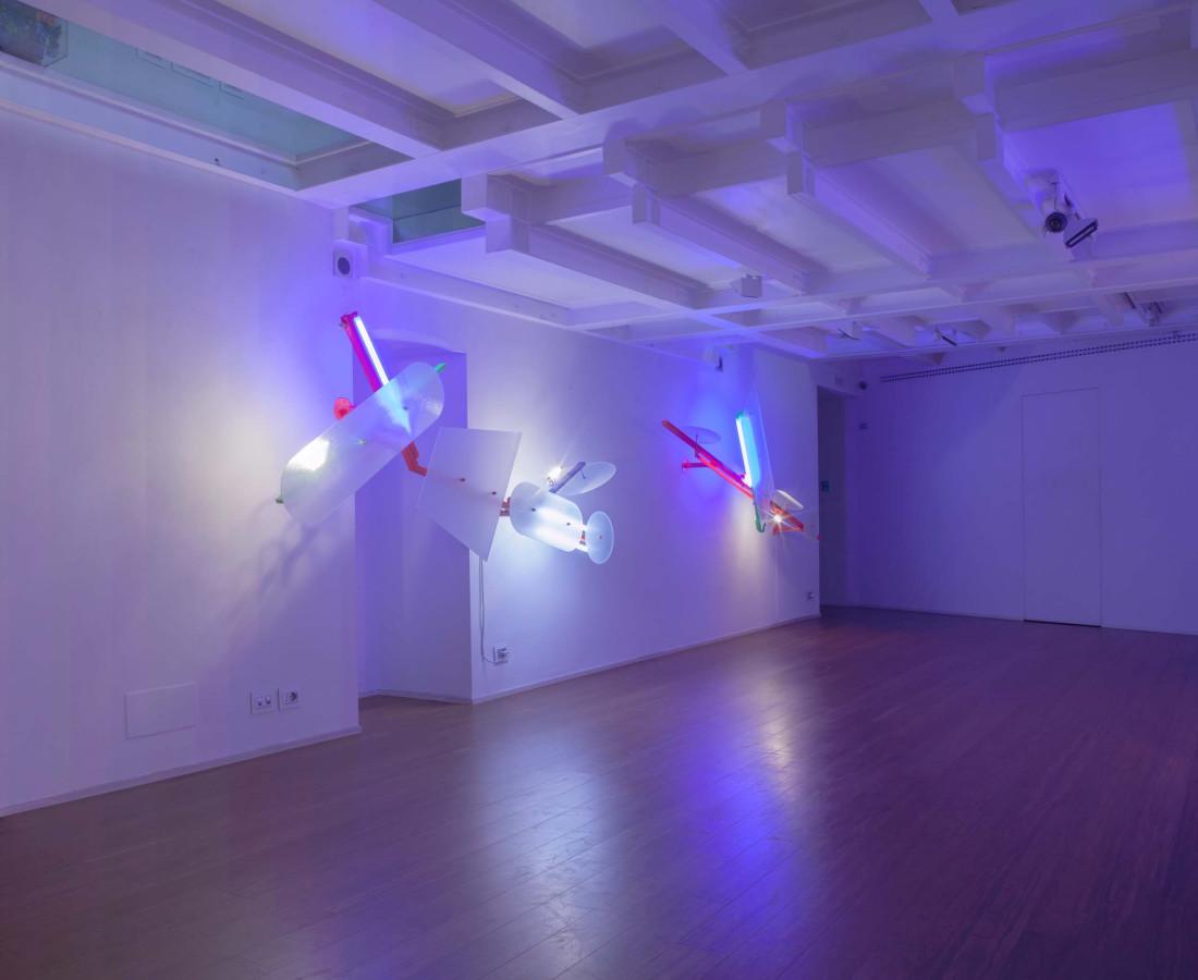 Nanda Vigo: Light Trek - ABC-ARTE Contemporary art Gallery - 2014-2015 Deep Space, 2014, 200 x 100 x 40 cm - 78 11/16 x 39 5/16 x 15 11/16 ins, specchio, vetro e luci neon Light Tree, 1984-85, 250 x 90 x 49 cm - 98 6/16 x 35 6/16 x 19 4/16 ins, ferro verniciato, tubi fluorescenti e alogene, vetro lavorato Light Tree, 1984-85, 290 x 90 x 45 cm - 114 2/16 x 35 6/16 x 17 11/16 ins, ferro verniciato, tubi fluorescenti e alogene, vetro lavorato Light Tree, 1984-85, 245 x 90 x 45 cm - 96 7/16 x 35 6/16 x 17 11/16 ins, ferro verniciato, tubi fluorescenti e alogene, vetro lavorato