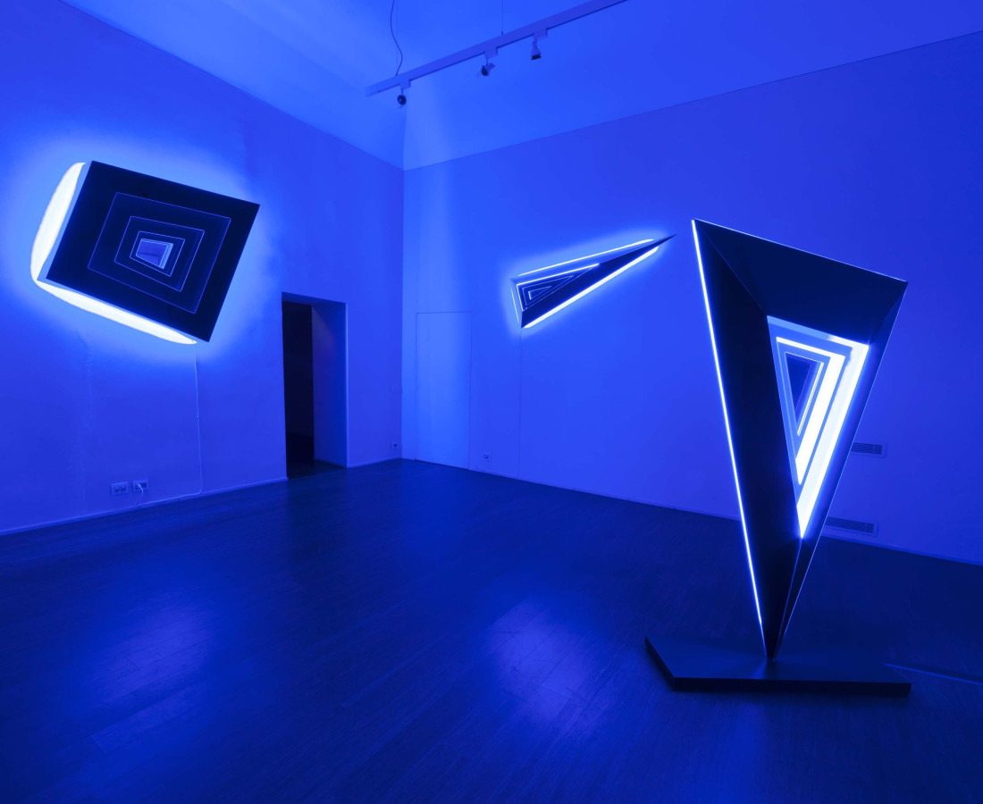 Nanda Vigo: Light Trek - ABC-ARTE Contemporary art Gallery - 2014-2015 Deep Space Trapezio, 2014, 120 x 150 x 25 cm - 47 3/16 x 59 1/16 x 9 13/16 ins, specchio, vetro e luci neon Deep Space, 2014, 190 x 65 x 15 cm - 74 12/16 x 25 9/16 x 5 14/16 ins, specchio, vetro e luci neon Deep Space, 2014, 200 x 100 x 40 cm - 78 11/16 x 39 5/16 x 15 11/16 ins, specchio, vetro e luci neon