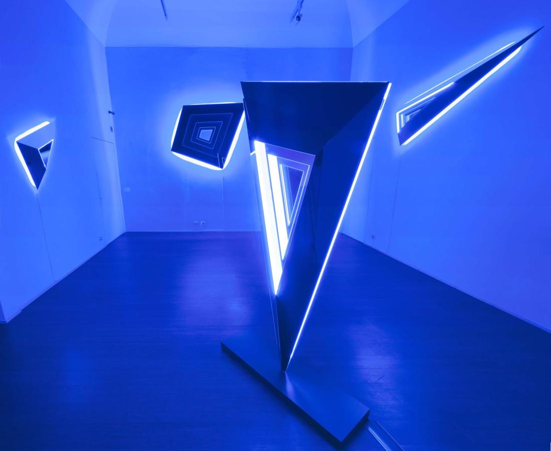 Nanda Vigo: Light Trek - ABC-ARTE Contemporary art Gallery - 2014-2015 Deep Space, 2014, 100 x 65 x 15 cm - 39 5/16 x 25 9/16 x 5 14/16 ins, specchio, vetro e luci neon Deep Space Trapezio, 2014, 120 x 150 x 25 cm - 47 3/16 x 59 1/16 x 9 13/16 ins, specchio, vetro e luci neon Deep Space, 2014, 200 x 100 x 40 cm - 78 11/16 x 39 5/16 x 15 11/16 ins, specchio, vetro e luci neon Deep Space, 2014, 190 x 65 x 15 cm - 74 12/16 x 25 9/16 x 5 14/16 ins, specchio, vetro e luci neon