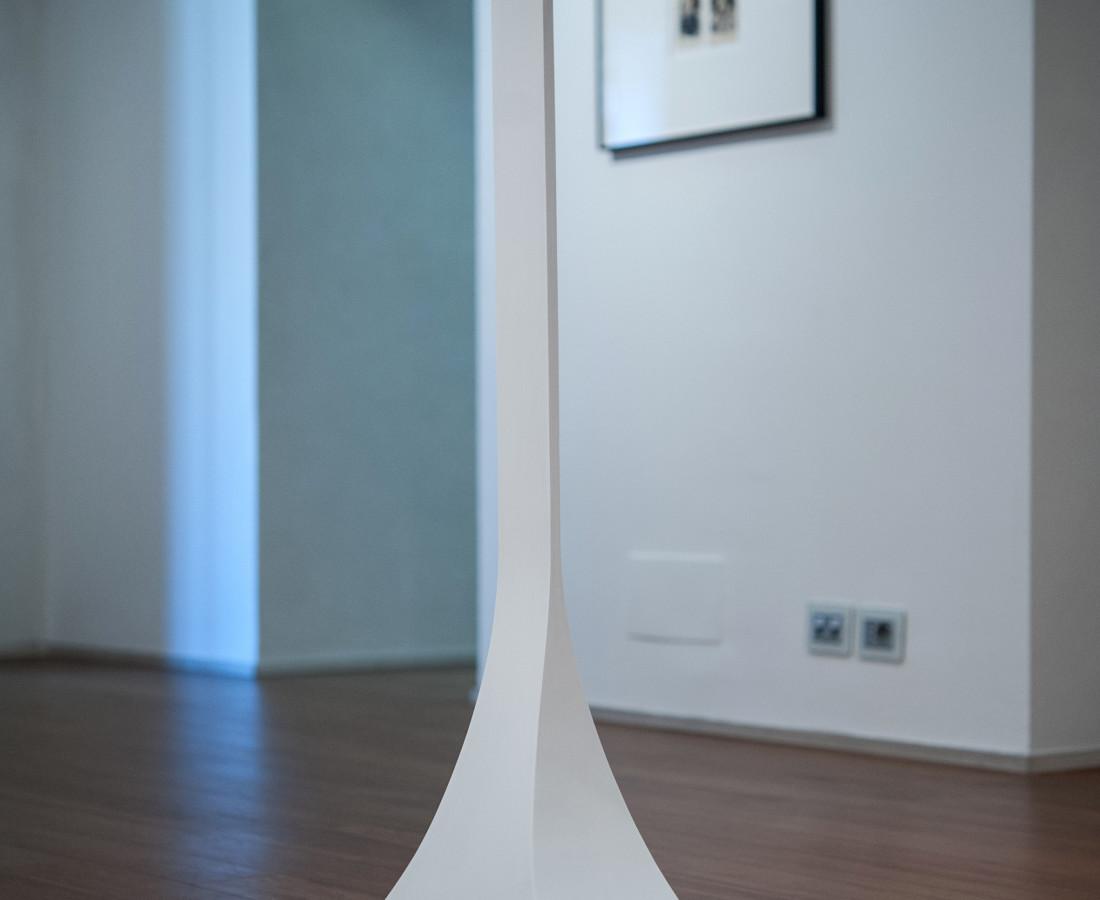 Mauro Vignando: Piedistallo per ultima sigaretta, 2015, 105 x 52 x 27 cm