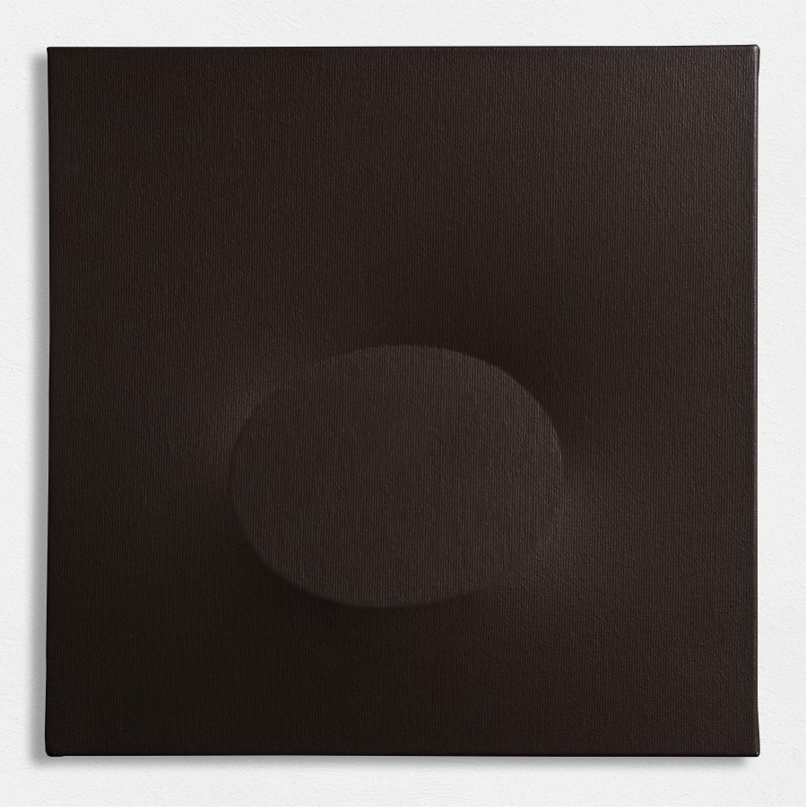 "<p><span class=""artist""><strong>TURI SIMETI</strong></span>, <span class=""title""><em>Un ovale nero</em>, 2016</span></p><div class=""medium"">Acrylic on shaped canvas</div><div class=""dimensions"">30 x 30 cm<br />11 7/8 x 11 7/8 inches</div>"