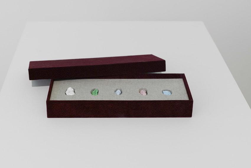 Elodie ANTOINE, Chewing gum en verre coloré, écrin, 5 pièces, 2014