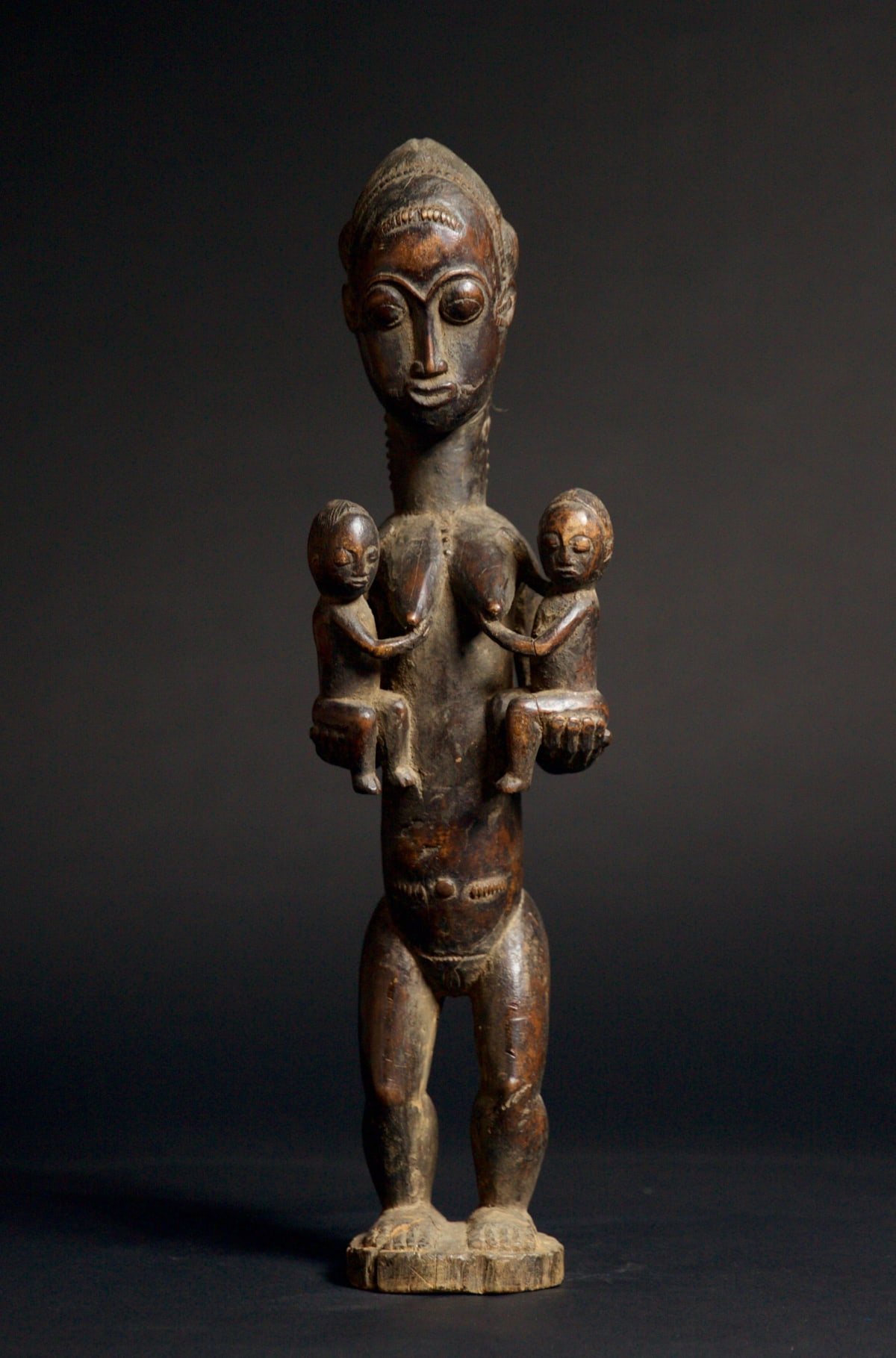 Baule Figure of a Woman and Children, 19th - 20th century Wood height 51 cm height 20 1/8 in