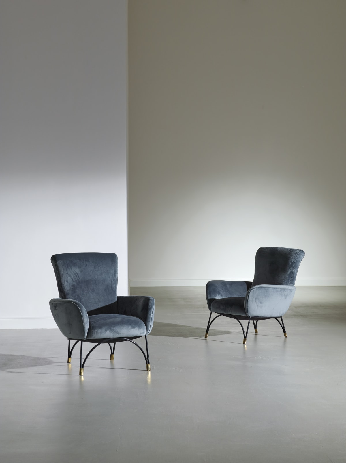 Italian Pair of armchairs c.1958 Varnished metal, brass and padded velvet 85 x 78 x 82 cm