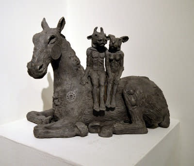 Sophie Ryder, Reclining horse with lovers, 2016