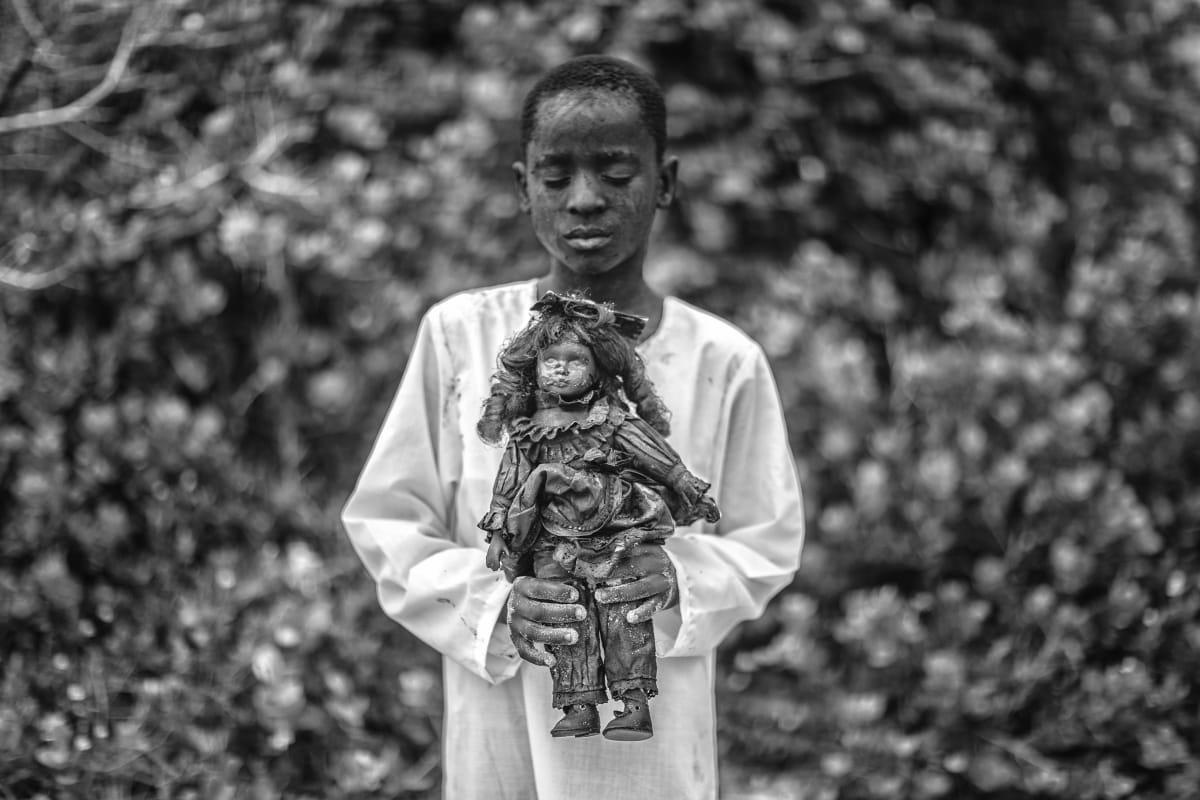 A boy with a toy, Mário Macilau, 2018