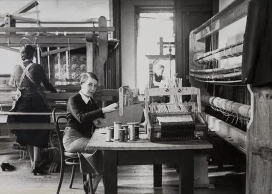 Kitty van der Mijll Dekker in haar weefatelier in Nunspeet (ca. 1935), beeld Collectie TextielMuseum