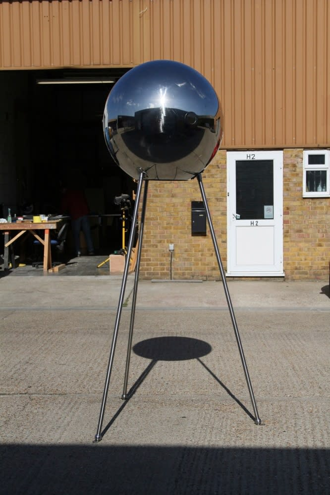 EM FINER Spiegelei Junior Stainless steel sphere, 3 lenses and 3 stainless steel legs. Diameter: 75 cm Overall height: 225 cm Edition of 10 2012