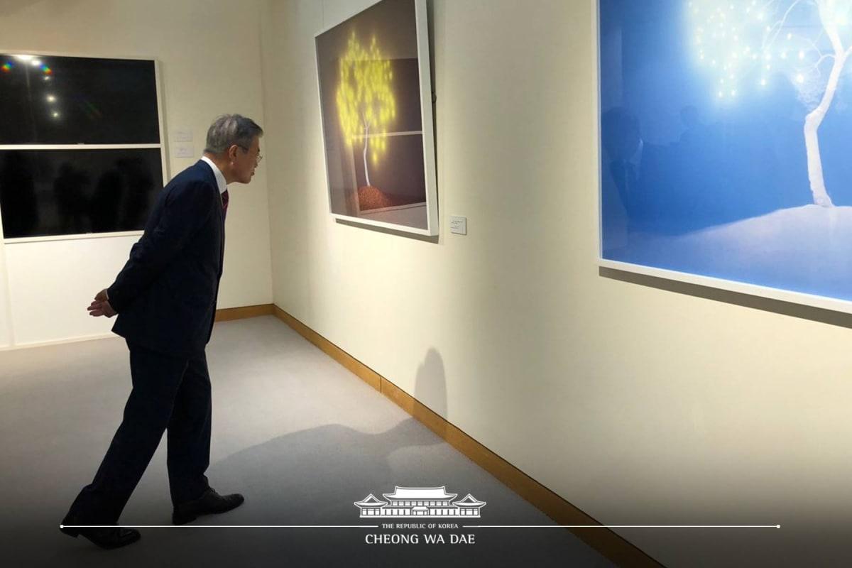 President Moon Jae-in enjoys artworks by Lee Jeonglok