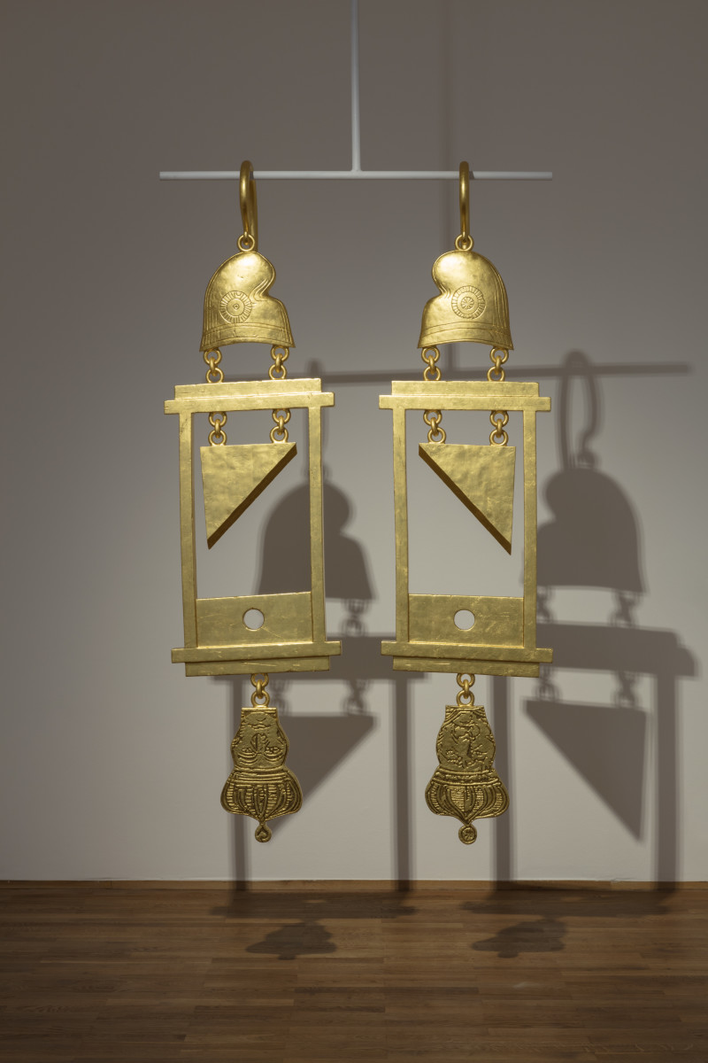 Simon Fujiwara A Dramatically Enlarged Set of Golden Guillotine Earrings Depicting the Severed Heads of Marie Antoinette and King Louis XVI, 2019 Rigid foam, aluminum, gold leaf 208 x 52,5 x 27 cm (81 7/8 x 20 1/2 x 10 5/8 in) each (2 parts) 藤原西芒 《一组戏剧性的放大的金色断头台耳环,描绘有玛丽·安托瓦内特和路易十六国王的断头》,2019 硬质泡沫、铝、金箔 208 x 52.5 x 27 cm 3版