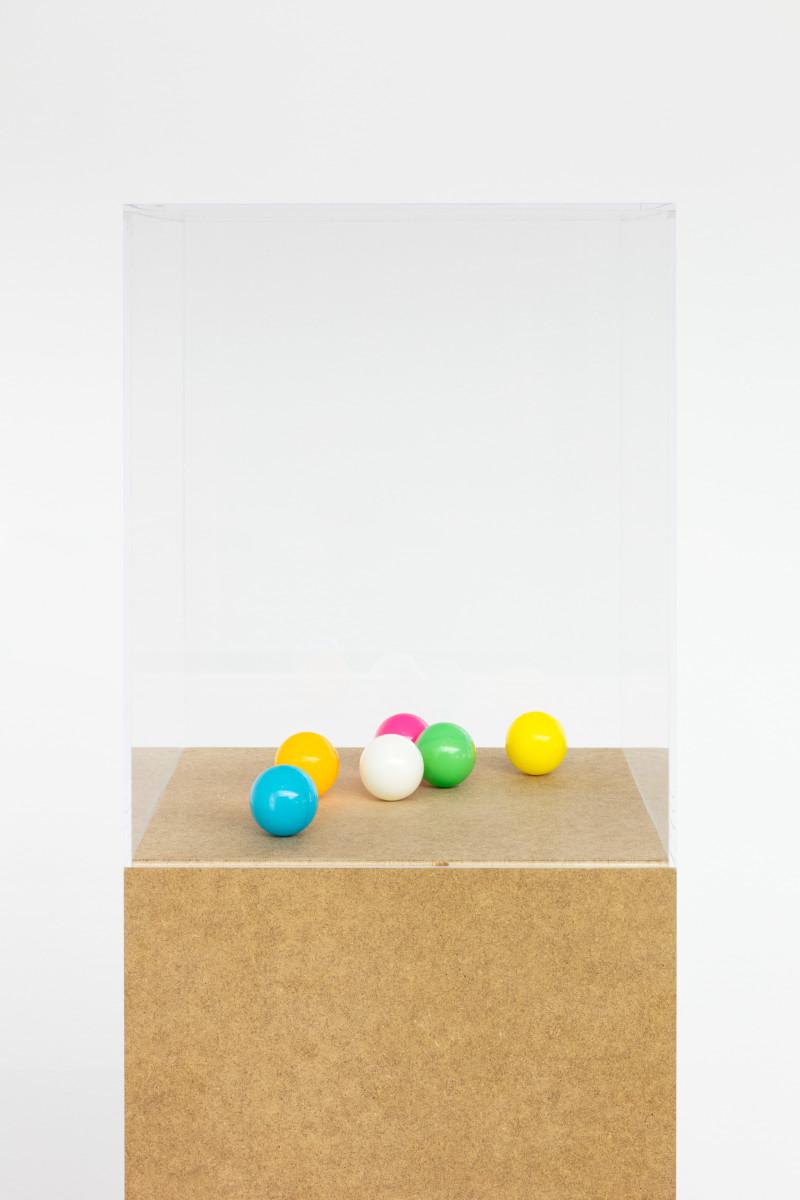 Karin Sander Tischtennisbälle, poliert; Table Tennis Balls, Polished, 2009 6 table tennis balls (blue, yellow, orange, green, white, neon red), pedestal, acrylic glass cover ø 3,9 cm each (ball) approx., 186 x 30 x 30 cm (plinth), 30 x 30 x 30 cm (Plexiglas cover) Edition of 5