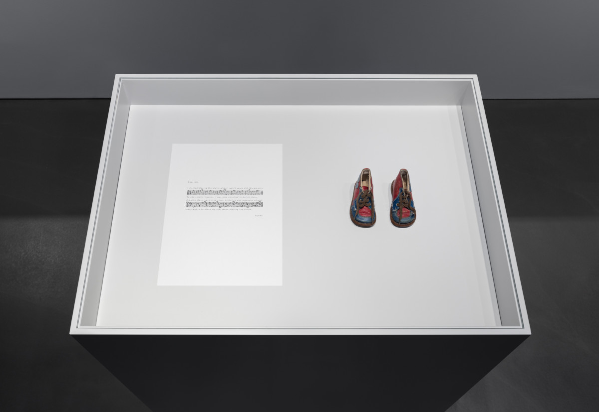 Ari Benjamin Meyers Solo for Ayumi (baby shoes), 2017 Handwritten score on paper, baby shoes, plinth 110 x 97 x 70 cm