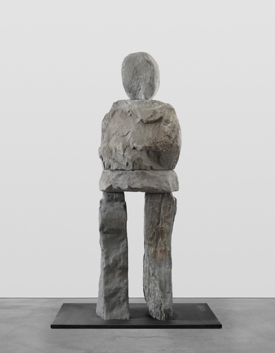 Ugo Rondinone the polished, 2019 Bluestone, stainless steel 196 x 58 x 53 cm (sculpture) 2,5 x 122 x 122 cm (plate) 198,5 x 122 x 122 cm (overall) 乌戈·罗迪纳 《抛光的》,2019 青石、不锈钢 196 x 58 x 53 cmx (雕塑) 2,5 x 122 x 122 cm (底座) 198,5 x 122 x 122 cm (整体)