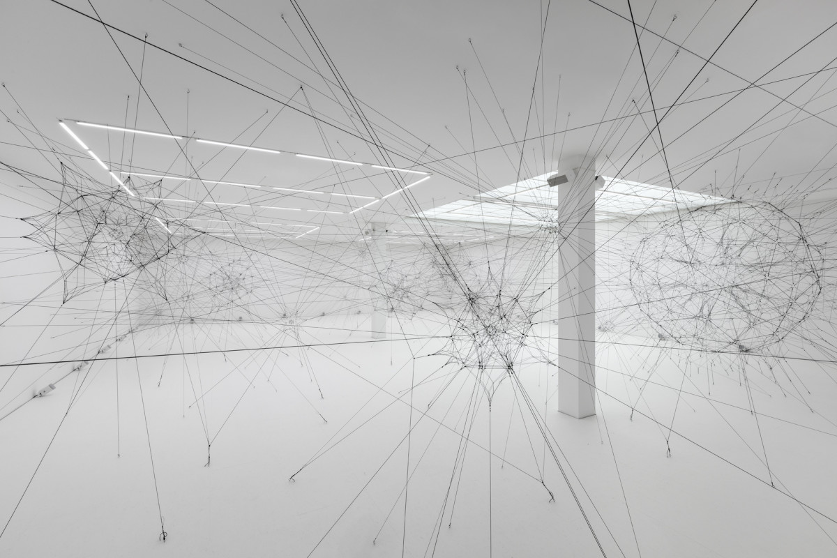 Tomás Saraceno Algo‐r(h)i(y)thms, 2018 Rope, contact microphones, hardware, passive speakers, amplifiers, shakers, subwoofers 18 nets, variable dimensions Room size: 375 sq m, H7 x L25 x W15 m