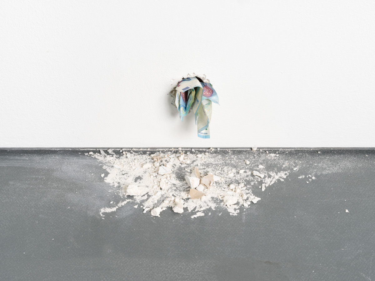 Ryan Gander I'm never coming back to London again, 2017 Animatronics, Euro notes, plaster, speaker, audio file Dimensions variable Edition of 1