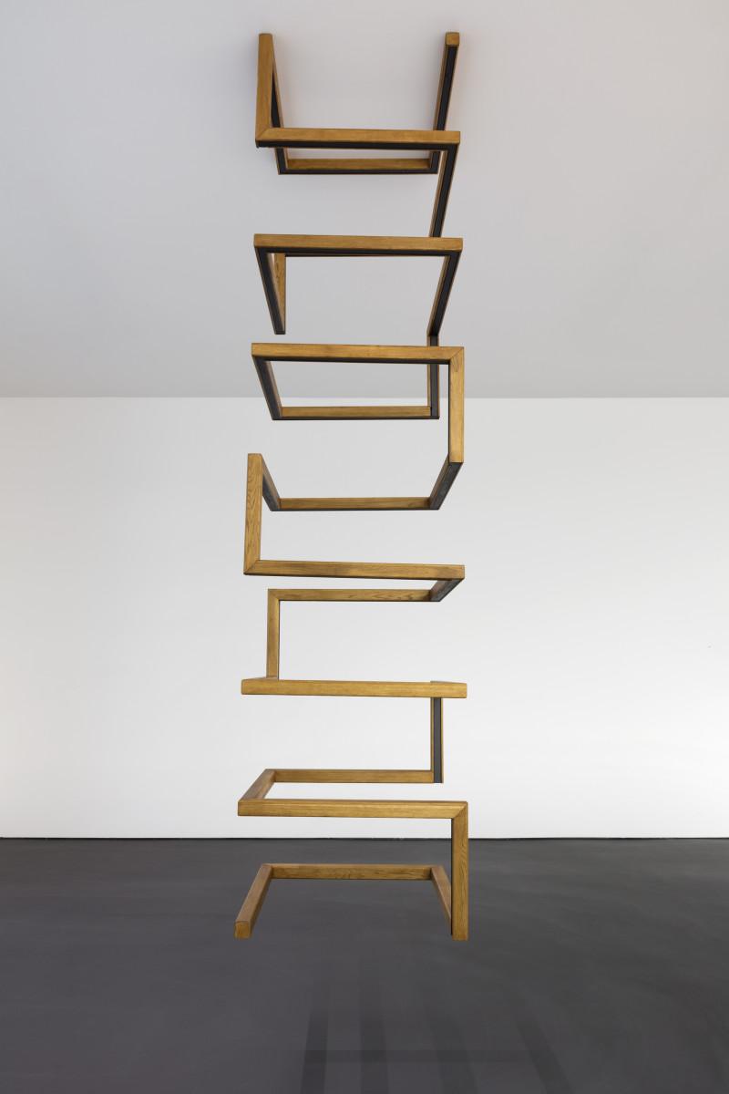 Roman Ondak Aeon, 2019 Wood, metal, paint 325 x 80 x 80 cm (128 x 31 1/2 x 31 1/2 in) 罗曼·欧达科 《永世》,2019 木头、金属、油漆 325 x 80 x 80 cm