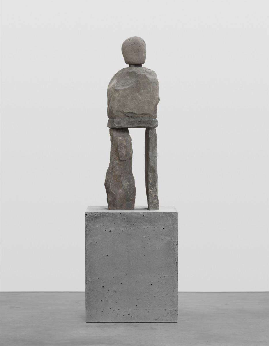 Ugo Rondinone the quick, 2019 Bluestone, stainless steel, concrete 101,6 x 33 x 25,4 cm (40 x 13 x 10 in) (sculpture) 63,5 x 53,3 x 53,3 cm (25 x 21 x 21 in) (pedestal) 165,1 x 53,3 x 53,3 cm (65 x 21 x 21 in) (overall) 乌戈·罗迪纳 《快速的》,2019 青石、不锈钢、混凝土基座 101.6 x 33 x 25.4 cm(雕塑) 63.5 x 53.3 x 53.3厘米(底座) 165.1 x 53.5 x 53.5 cm(整体)