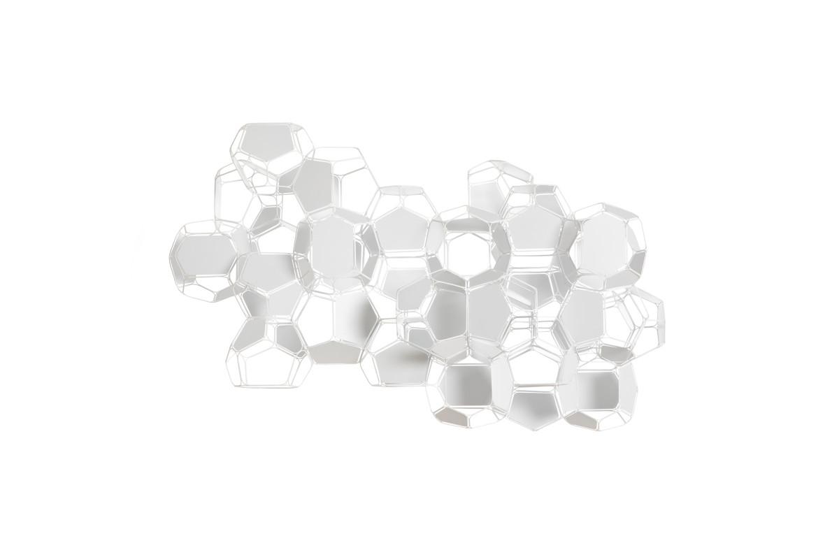 Tomás Saraceno Cirrus aviaticus/M+W, 2019 Powder-coated stainless steel, white panels, fishing line 45 x 92 x 60 cm (17 3/4 x 36 1/4 x 23 5/8 in), 30 modules ø 15 cm (5 7/8 in) each 托马斯·萨拉切诺 《飞机云/ M + W》,2019 粉末涂层不锈钢、白色板、钓鱼线 45 x 92 x 60 cm,30个模块,ø 15 cm,白色云