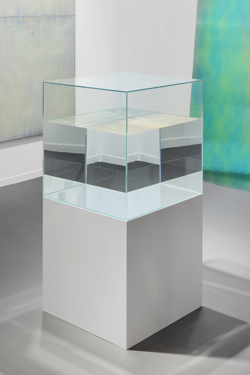 Ann Veronica Janssens Golden Dream, 2010-2015 Glass, paraffin oil, fluo serigraph, wooden base 60 x 60 x 60 cm (vitrine), 60 x 60 x 60 cm (base), 120 x 60 x 60 cm (overall) 安·维罗妮卡·詹森斯 《金梦》,2010-15年 玻璃、石蜡油、荧光绢印、木制底座 60 x 60 x 60厘米(玻璃罩),60 x 60 x 60厘米(底座),120 x 60 x 60厘米(整体) 独版
