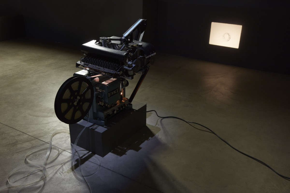Rosa Barba, Spacelength Thought, 2012, 16 mm film, projector, typewriter, programming, dimensions variable, edition of 3. Exhibition view: Pirelli HangarBicocca, Milan, 2017. Photo © Agostino Osio