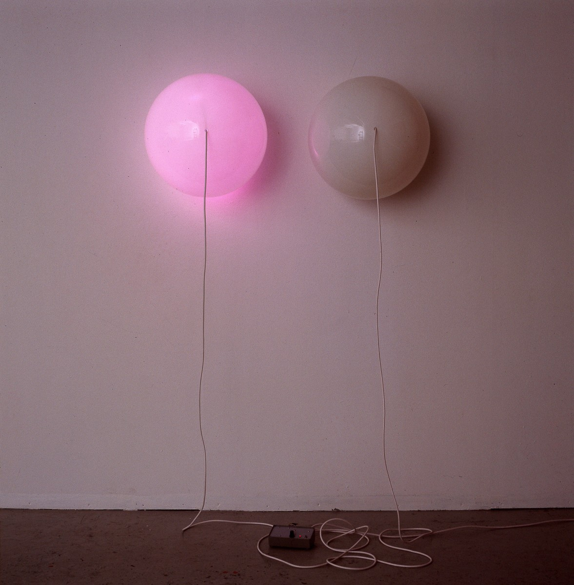 Angela Bulloch, Pink Double Switch Piece, 1989, opal polycarbonate spheres, wire, lamp holders, pearl bulbs, electronic switching mechanism, each sphere: 50 cm (diameter). Photo © Lothar Schnepf