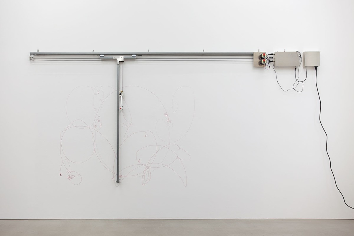 Angela Bulloch, Elliptical Song Drawing Machine, 2014, drawing machine with Red Lipstick pen and MP3 player, 213 x 259 x 13 cm. Photo © Andrea Rossetti