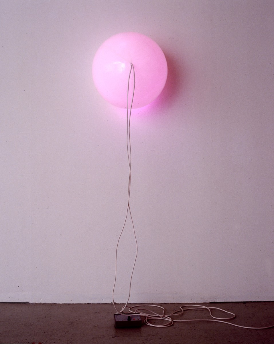 Angela Bulloch, Yellow/Purple Switch Piece, 1989, Belisha Beacon (opal polycarbonate sphere), wire, lamp holders, bulbs, electronic switching mechanism, 50 cm diameter. Photo © Carsten Eisfeld