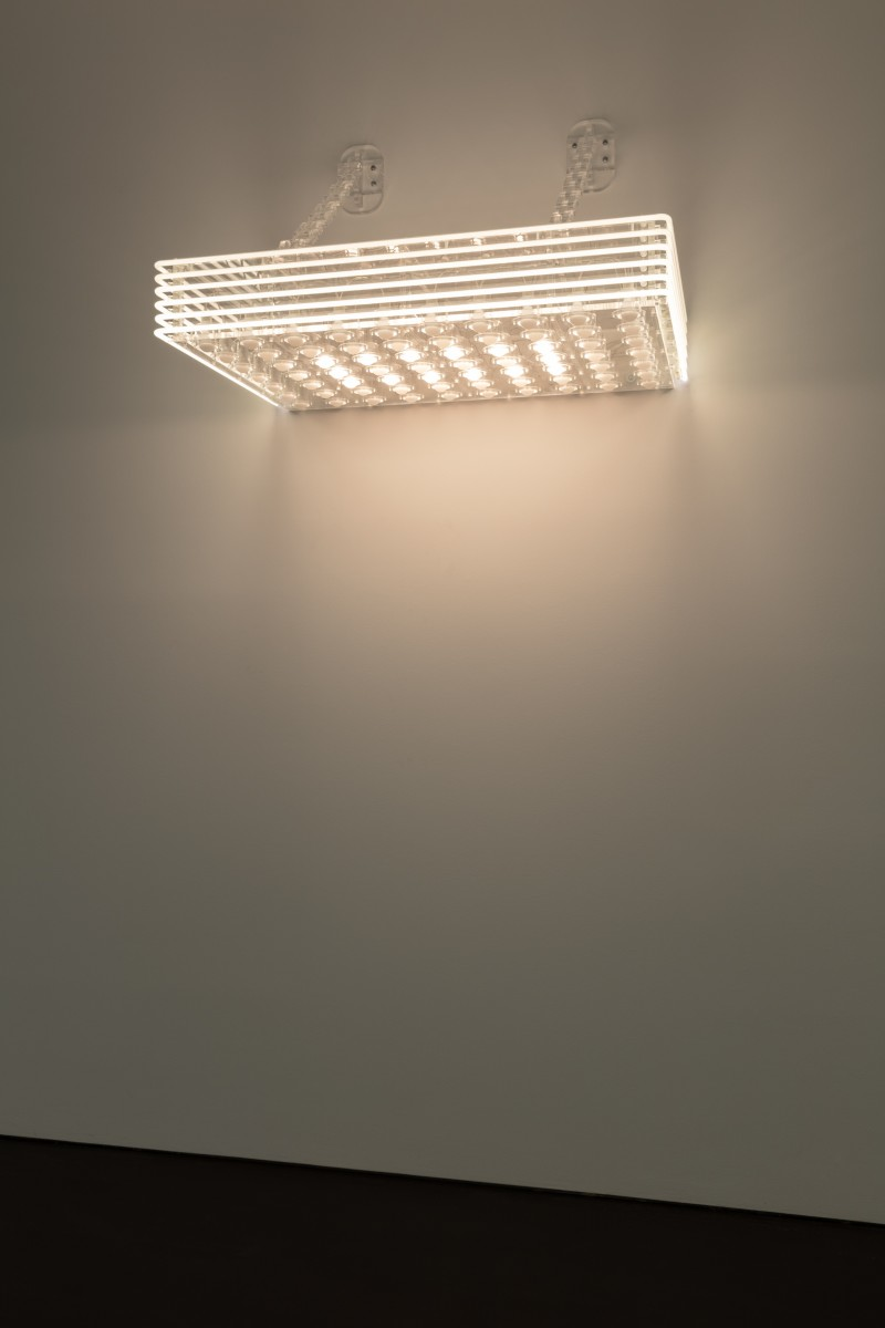Philippe Parreno, Marquee, 2020, transparent Plexiglas, 70 white bulbs, 6 white neon tubes (ø 10 mm), DMX recorder, dimmers, light program, transparent acrylic chains, 74,3 x 123 x 81 cm (29 1/8 x 48 3/8 x 31 7/8 in). Photo © Andrea Rossetti