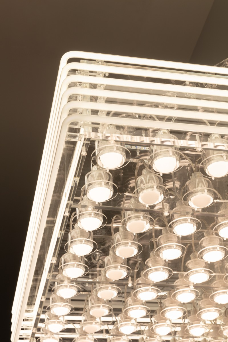 Detail: Philippe Parreno, Marquee, 2020, transparent Plexiglas, 70 white bulbs, 6 white neon tubes (ø 10 mm), DMX recorder, dimmers, light program, transparent acrylic chains, 74,3 x 123 x 81 cm (29 1/8 x 48 3/8 x 31 7/8 in). Photo © Andrea Rossetti