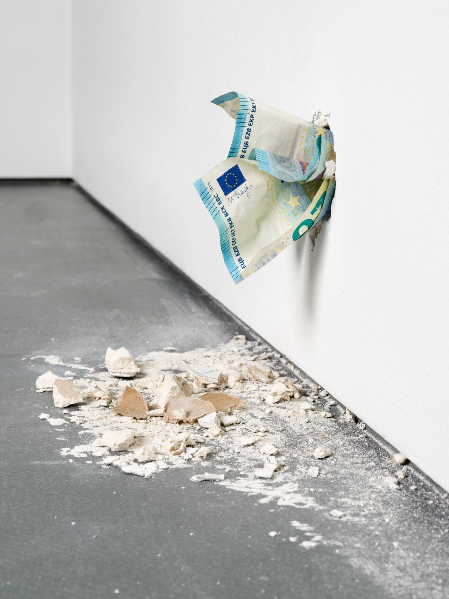 Ryan Gander, I'm never coming back to London again, 2017, animatronics, Euro notes, plaster, speaker, audio file, dimensions variable, edition of 1. Photo © Andrea Rossetti