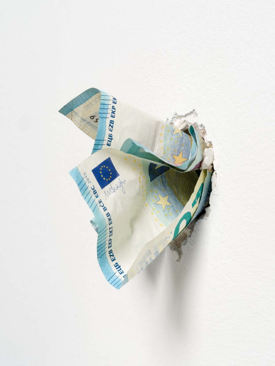 Detail: Ryan Gander, I'm never coming back to London again, 2017, animatronics, Euro notes, plaster, speaker, audio file, dimensions variable, edition of 1. Photo © Andrea Rossetti