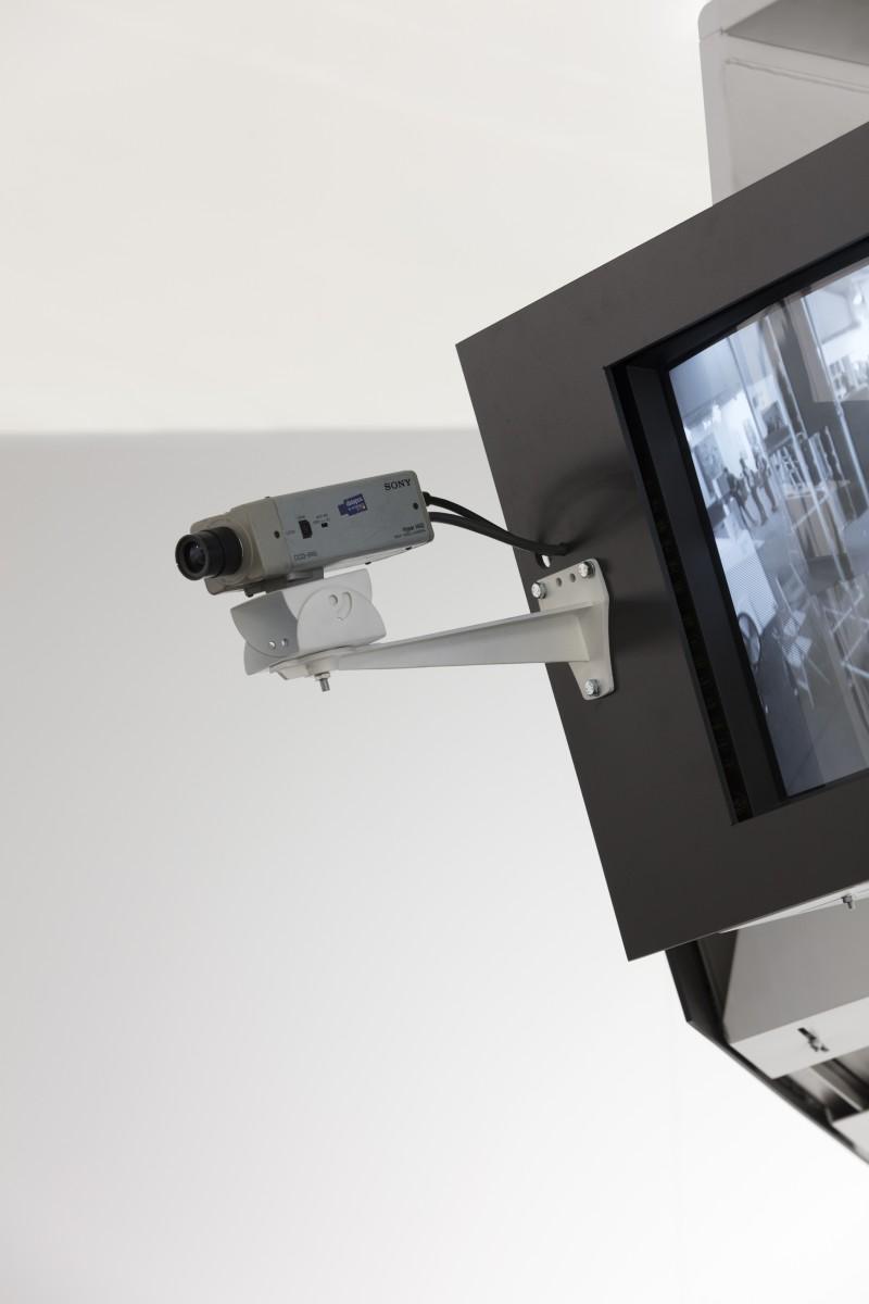 Julia Scher, Occupational Placement, 1989-90, Bildschirme, Aufhängesystem, Bildschirmhalterungen, Bildschirmmasken, Überwachungskamera, Kamerahalterung, Videoumschalter, Medienabspielgeräte, SD-Karten, Kabel und Anschlüsse, Lautsprecher, Digitales Mehrkanal-Video (Farbe und Schwarzweiß, stumm) und Video-Stream (Schwarzweiß, stumm), Ton-Installation, Installationsmaße und Dauer der zeitbasierten Medienkomponenten variabel. Foto © Andrea Rossetti