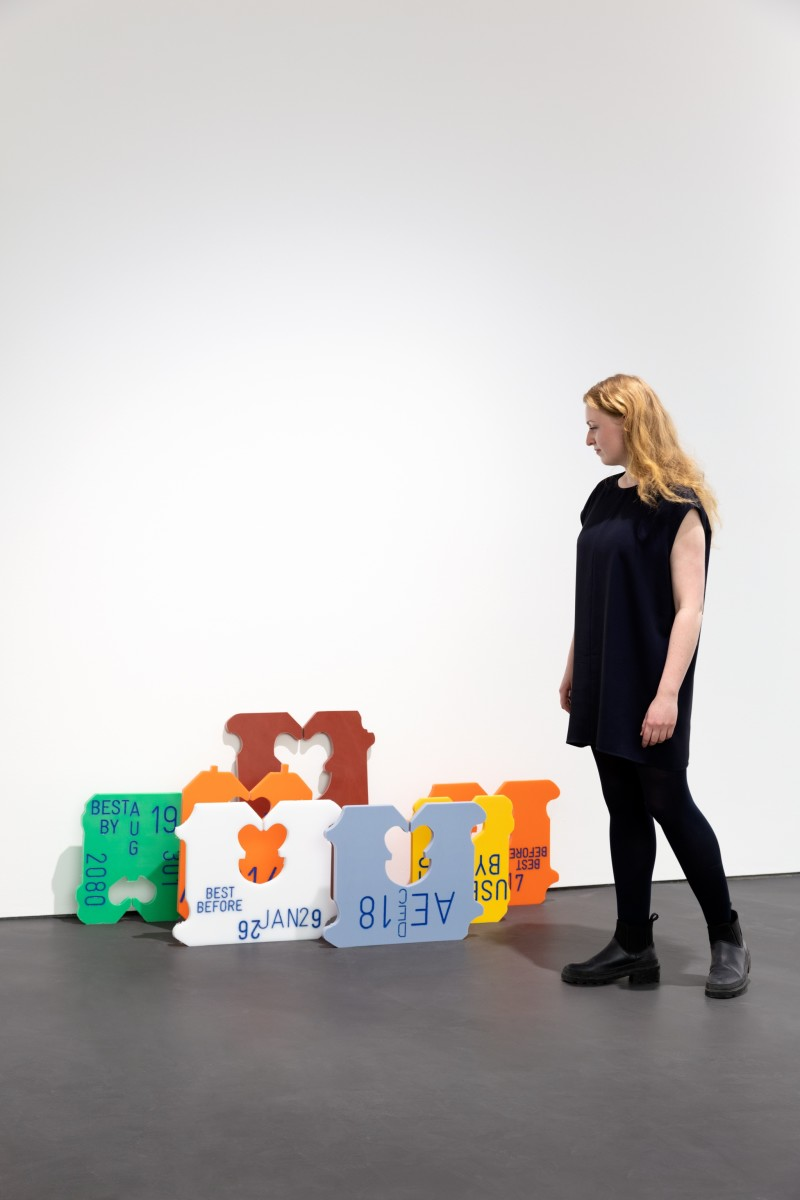 Gabriel Kuri, untitled (AE DEC 18), 2020, CNC-gesteuerter Ausschnitt aus HMPE-Kunststoff, graviert und handbemalt, Installationsmaße variabel, Höhe: 66,5 cm. Foto © Andrea Rossetti