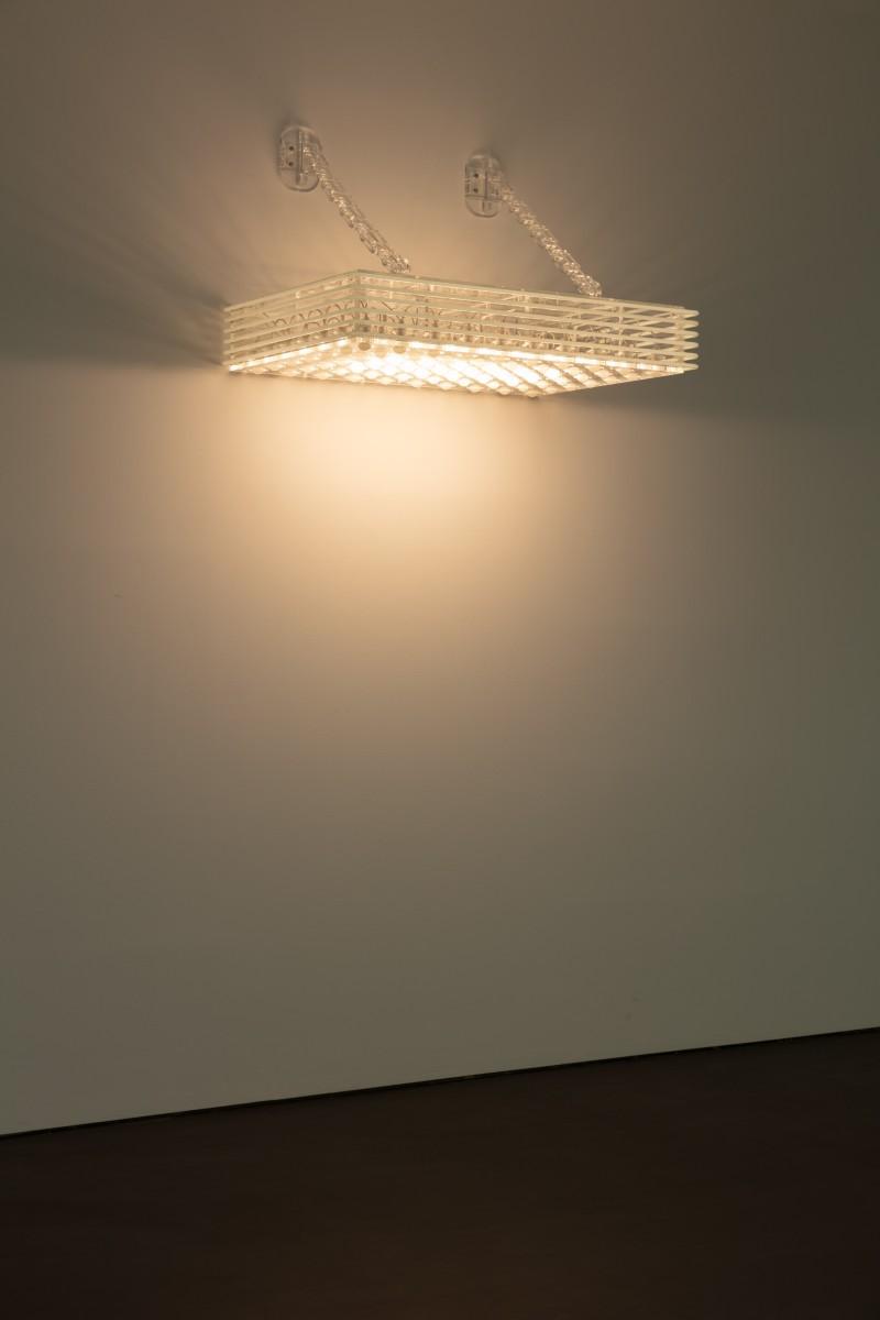 Philippe Parreno, Marquee, 2020, klares Acrylglas, 70 weiße Glühbirnen, 6 weiße Neonröhren (ø 10 mm), DMX-Recorder, Dimmer, Lichtprogramm, klare Acrylglasketten, 74,3 x 123 x 81 cm. Foto © Andrea Rossetti