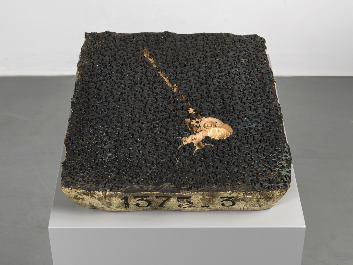 Anri Sala, If and Only If (modern times), 2018, Gefrästes Filmstill auf Textildruck-Stempel aus Holz, 6 x 27,5 x 37,5 cm (Skulptur), 80 x 40 x 30 cm (Sockel), 86 x 40 x 30 cm (Installation). Foto © Andrea Rossetti